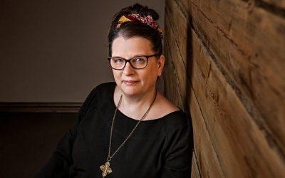 Suomen luonto- ja ympäristökoulujen liiton toiminnanjohtaja TaM Niina Mykrä tutkii väitöskirjassaan, kuinka kouluja ohjataan ekologisesti kestävän kehityksen edistämiseen