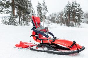 Kelkka mahdollistaa turvallisen ja mukavan talviretkeilyn vaikeasti vammaisille