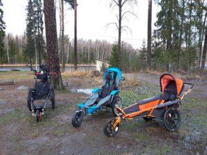 Rivistö erilaisia maastopyörätuoleja