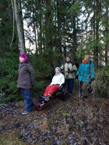 Maastopyörätuolilla vaikeasti vammaisetkin pääsevät osallistumaan luontoretkiin